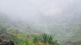 Το αειθαλές τοπίο του νησιού Santo Antao στις βουνοπλαγιές σκόνης καλύπτεται από τις εγκαταστάσεις αγαύης Τοπικό χωριό φιλμ μικρού μήκους