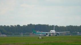 Το αεριωθούμενο αεροπλάνο επιταχύνει πριν από την απογείωση απόθεμα βίντεο
