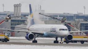 Το αεριωθούμενο αεροπλάνο κονδόρων αποπαγώνει το μαξιλάρι, ξεπάγωμα, αερολιμένας του Μόναχου απόθεμα βίντεο