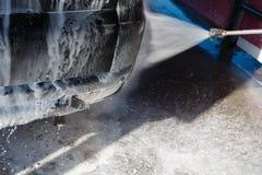 Το αεριωθούμενο αεροπλάνο του πλυσίματος με την υψηλή πίεση νερού σαπουνιών στέλνεται οπίσθια φως της μηχανής Οδηγός, κορίτσι που στοκ φωτογραφία με δικαίωμα ελεύθερης χρήσης