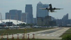 Το αεριωθούμενο επιβατηγό αεροσκάφος απογειώνεται από τον αερολιμένα πόλεων φιλμ μικρού μήκους