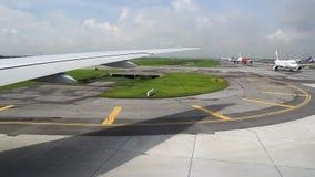 Το αεροπλάνο ανοίγει το διάδρομο, άποψη από το παράθυρο Άλλα αεροπλάνα στον αερολιμένα περιμένουν την απογείωση φιλμ μικρού μήκους