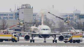 Το αεροπλάνο αποπαγώνει το μαξιλάρι, ξεπάγωμα, αερολιμένας του Μόναχου φιλμ μικρού μήκους
