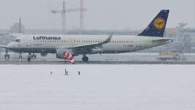 Το αεροπλάνο αποπαγώνει το μαξιλάρι, ξεπάγωμα, αερολιμένας του Μόναχου απόθεμα βίντεο