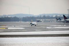 Το αεροπλάνο εμπορικού αέρα παίρνει έτοιμο για την απογείωση, αερολιμένας του Μόναχου, Γερμανία Στοκ Φωτογραφίες