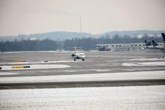 Το αεροπλάνο εμπορικού αέρα παίρνει έτοιμο για την απογείωση, αερολιμένας του Μόναχου, Γερμανία Στοκ φωτογραφίες με δικαίωμα ελεύθερης χρήσης