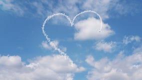 Το αεροπλάνο επισύρει την προσοχή τη μορφή καρδιών στον ουρανό ελεύθερη απεικόνιση δικαιώματος