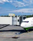 Το αεροπλάνο και η κεκλιμένη ράμπα για τους επιβιβαμένος επιβάτες Στοκ εικόνες με δικαίωμα ελεύθερης χρήσης