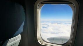 Το αεροπλάνο καλύπτει το παράθυρο ουρανού φιλμ μικρού μήκους