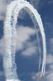 το αεροπλάνο καταδεικνύει τις δεξιότητες σχηματισμού πετάγματος Στοκ Εικόνες