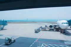 Το αεροπλάνο περιμένει να πάρει τους επιβάτες στοκ εικόνα
