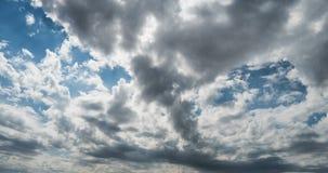 Το αεροπλάνο πετά στα σύννεφα σωρειτών του ουρανού ημέρας, ένα όμορφο χρονικό σφάλμα με ένα πετώντας αεροπλάνο απόθεμα βίντεο