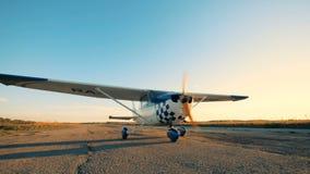 Το αεροπλάνο που κινείται σε έναν διάδρομο, κλείνει επάνω φιλμ μικρού μήκους