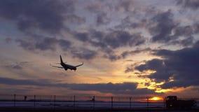 Το αεροπλάνο προσγειώνεται Μετά από τους γύρους ένα ρυμουλκό φορτηγών και αεροσκαφών r 4K μήκος σε πόδηα αποθεμάτων απόθεμα βίντεο