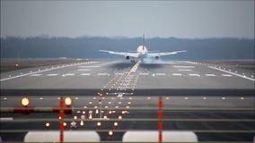 Το αεροπλάνο προσγειώνεται στο διάδρομο απόθεμα βίντεο