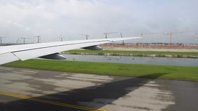 Το αεροπλάνο στο διάδρομο που προετοιμάζεται να απογειωθεί άποψη του φτερού των αεροσκαφών από το παράθυρο απόθεμα βίντεο