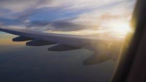 Το αεροπλάνο στο ηλιοβασίλεμα αεροπορικό ταξίδι και μεταφορά Επιβατηγό αεροσκάφος επιβατών απόθεμα βίντεο