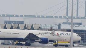 Το αεροπλάνο της Delta Airlines αποπαγώνει το μαξιλάρι, ξεπάγωμα, αερολιμένας του Μόναχου φιλμ μικρού μήκους