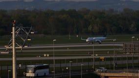 Το αεροπλάνο της Lufthansa απογειώθηκε, μπλε ουρανός απόθεμα βίντεο