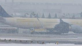 Το αεροπλάνο της Lufthansa αποπαγώνει το μαξιλάρι, ξεπάγωμα, αερολιμένας του Μόναχου απόθεμα βίντεο
