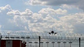 Το αεροπλάνο φθάνει στην πίσω άποψη αερολιμένων φιλμ μικρού μήκους