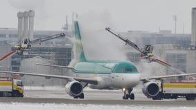 Το αεροπλάνο Lingur Aer αποπαγώνει το μαξιλάρι, ξεπάγωμα, αερολιμένας του Μόναχου απόθεμα βίντεο