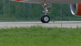 Το αεροπλάνο έχει προσγειωθεί στον αερολιμένα Domodedovo Κυλά κατά μήκος του διαδρόμου φιλμ μικρού μήκους