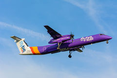 Το αεροπλάνο από την εξόρμηση 8 γ-JECG Flybe προετοιμάζεται για την προσγείωση Στοκ Εικόνες