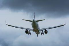 Το αεροπλάνο από τον αέρα ΚΑΤΑΠΛΗΚΤΙΚΗΣ ΕΠΙΤΥΧΊΑΣ προσγειώνεται στον αερολιμένα Schiphol Στοκ εικόνες με δικαίωμα ελεύθερης χρήσης