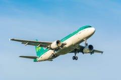 Το αεροπλάνο από το airbus A320-200 Aer Lingus EI-EDS προετοιμάζεται για την προσγείωση Στοκ Εικόνες