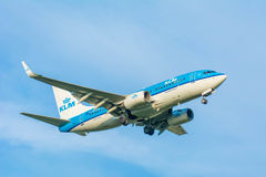 Το αεροπλάνο από KLM η βασιλική Dutch Airlines pH-BGR Boeing 737-700 προσγειώνεται Στοκ εικόνα με δικαίωμα ελεύθερης χρήσης