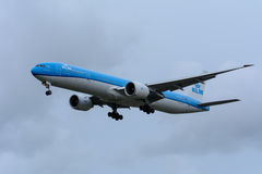 Το αεροπλάνο από KLM η βασιλική Dutch Airlines pH-BVN Boeing 777-300 προσγειώνεται στον αερολιμένα Schiphol Στοκ φωτογραφία με δικαίωμα ελεύθερης χρήσης