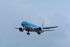 Το αεροπλάνο από KLM η βασιλική Dutch Airlines pH-BVN Boeing 777-300 προσγειώνεται στον αερολιμένα Schiphol Στοκ Εικόνα