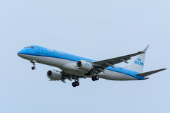 Το αεροπλάνο από KLM Cityhopper pH-EXB θλεμψραερ erj-190 προσγειώνεται στον αερολιμένα Schiphol Στοκ εικόνες με δικαίωμα ελεύθερης χρήσης
