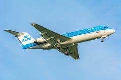 Το αεροπλάνο από KLM Cityhopper pH-KZI θλεμψραερ erj-190 προσγειώνεται Στοκ φωτογραφία με δικαίωμα ελεύθερης χρήσης