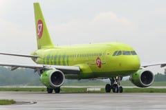 Το αεροπλάνο κάνει να μετακινηθεί με ταξί στο διεθνή αερολιμένα Domodedovo τροχοδρόμων Στοκ φωτογραφία με δικαίωμα ελεύθερης χρήσης