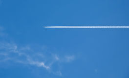Το αεροπλάνο και η torsional διαδρομή του στο υπόβαθρο του μπλε ουρανού στοκ φωτογραφίες