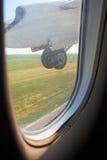 Το αεροπλάνο κατεβαίνει τη ρόδα στην προσγείωση Στοκ φωτογραφίες με δικαίωμα ελεύθερης χρήσης