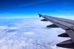 Το αεροπλάνο κοιτάζει επίμονα στον ουρανό Στοκ εικόνα με δικαίωμα ελεύθερης χρήσης