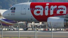 Το αεροπλάνο μετακινούταν με ταξί στο διάδρομο πριν από την απογείωση απόθεμα βίντεο