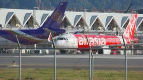 Το αεροπλάνο μετακινούταν με ταξί στο διάδρομο πριν από την απογείωση φιλμ μικρού μήκους
