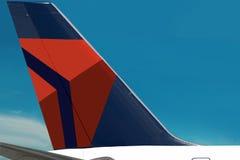 Λογότυπο της Delta Air Lines στο airplain. Ουρανός, σύννεφα