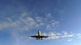 Το αεροπλάνο περνά από πάνω φιλμ μικρού μήκους