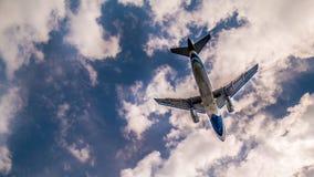 Το αεροπλάνο πετά στον ουρανό Στοκ Φωτογραφία