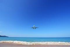 Το αεροπλάνο που προσγειώνεται στον αερολιμένα Phuket πέρα από την παραλία της Mai Khao Στοκ Φωτογραφία