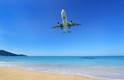 Το αεροπλάνο που προσγειώνεται στον αερολιμένα Phuket πέρα από την παραλία της Mai Khao Στοκ εικόνα με δικαίωμα ελεύθερης χρήσης