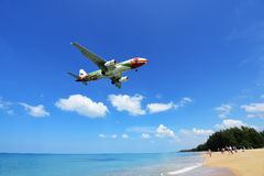 Το αεροπλάνο που προσγειώνεται στον αερολιμένα Phuket πέρα από την παραλία της Mai Khao Στοκ φωτογραφίες με δικαίωμα ελεύθερης χρήσης