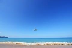 Το αεροπλάνο που προσγειώνεται στον αερολιμένα Phuket πέρα από την παραλία της Mai Khao Στοκ εικόνες με δικαίωμα ελεύθερης χρήσης