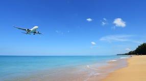 Το αεροπλάνο που προσγειώνεται στον αερολιμένα Phuket πέρα από την παραλία της Mai Khao Στοκ φωτογραφία με δικαίωμα ελεύθερης χρήσης