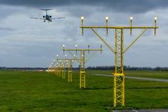Το αεροπλάνο προσγειώνεται Στοκ φωτογραφίες με δικαίωμα ελεύθερης χρήσης